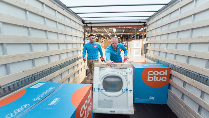 Waschmaschine und Lieferant im Lieferwagen