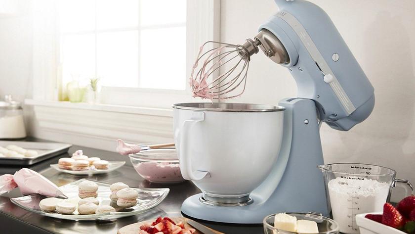 Hellblauer KitchenAid-Küchenmixer mit Macarons