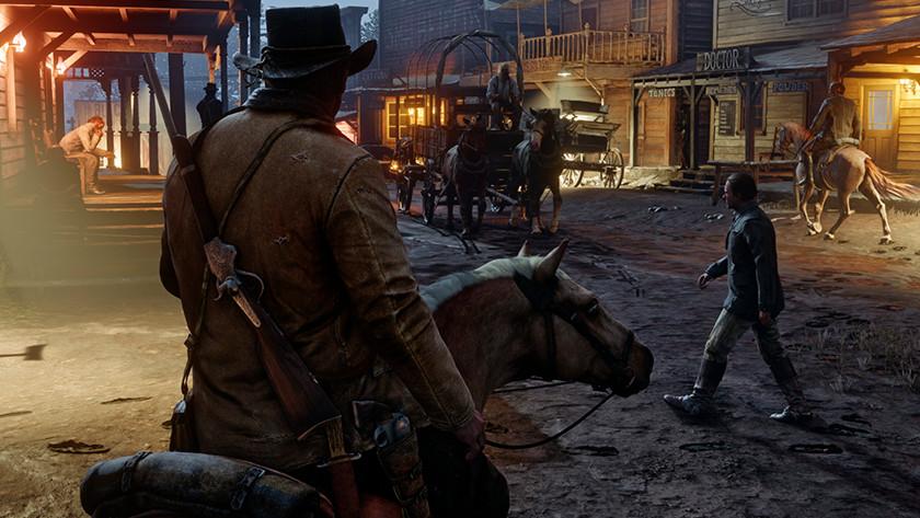 Mann zu Pferd reitet in Red Dead Redemption 2 mit Gewehr auf dem Rücken in Wild West Village.