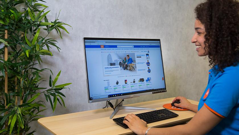 Mädchen arbeitet an All-in-one-PC.