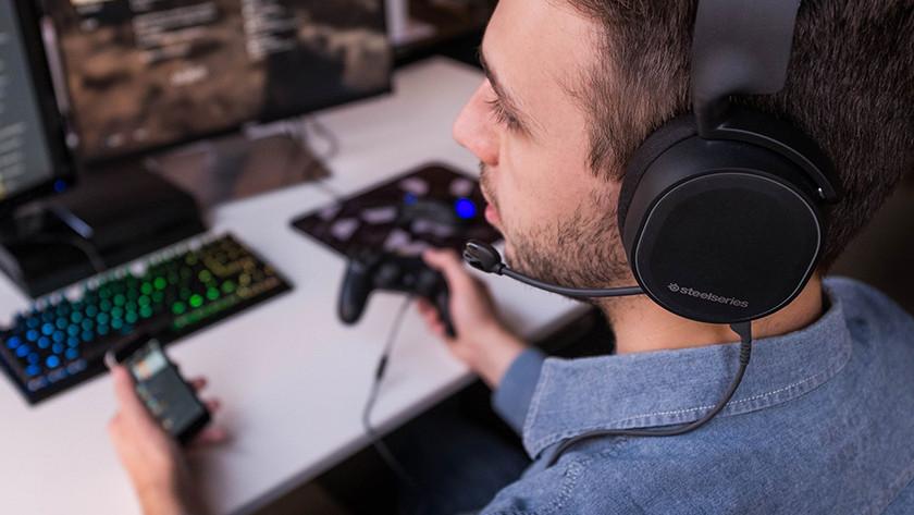 Ein kabelgebundenes Headset, das an einen PS4-Controller angeschlossen ist