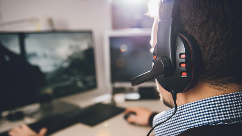 Mit einem Gaming-Headset spielen