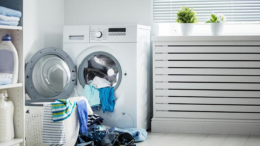 Waschmaschine mit vollem Wäschekorb