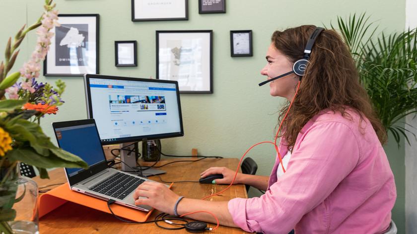 Kundendienstmitarbeiter am Telefon