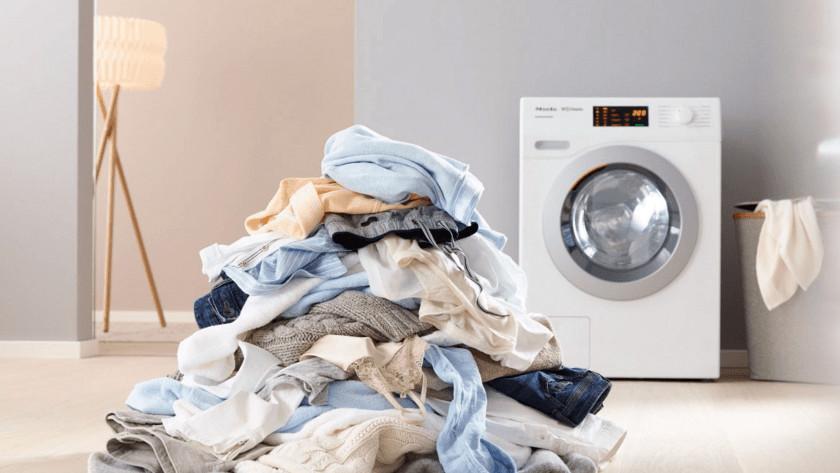 Waschmaschine mit einem Berg Schmutzwäsche