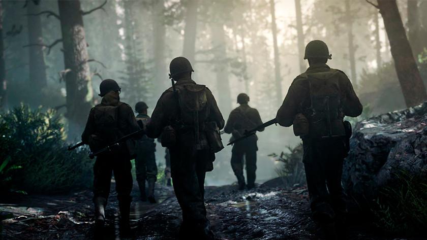 Amerikanische Soldaten aus einem Spiel des Zweiten Weltkriegs rennen durch einen Wald.