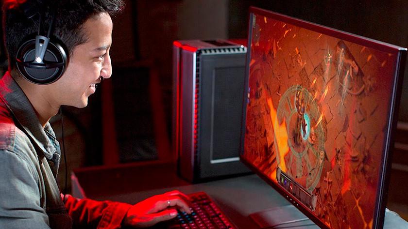 Gamer spielt Fortnite auf seinem 4K-Monitor