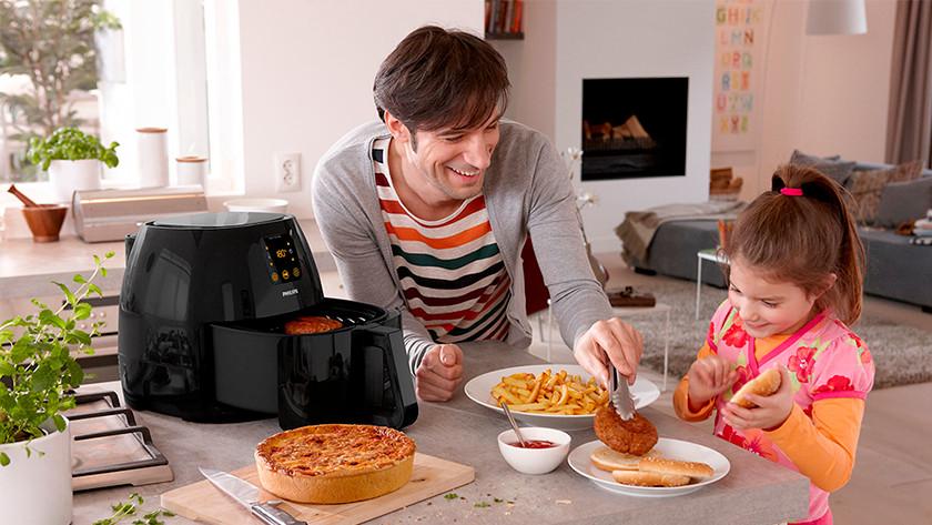 Heißluftfritteuse mit Pommes, Fleisch und herzhafter Torte