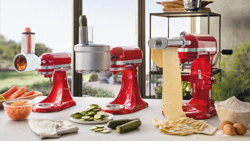 KitchenAid-Küchenmixer mit Reibe-, Schneide- und Nudelwalzen-Aufsatz.