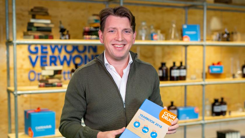 Pieter Zwart, CEO von Coolblue, mit dem Jahrbuch 2018.